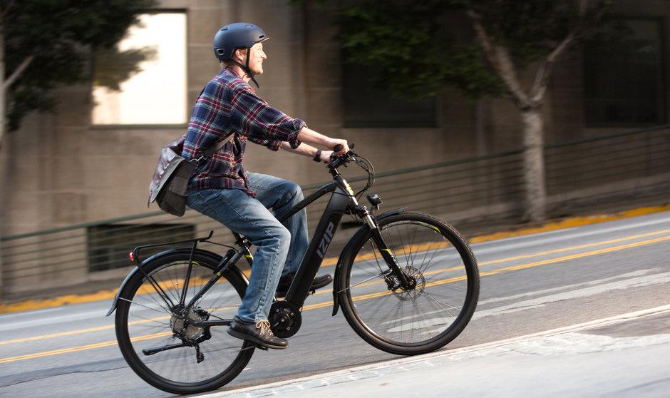 Electric Bike IZIP E3 Protour Horizontal City uphill