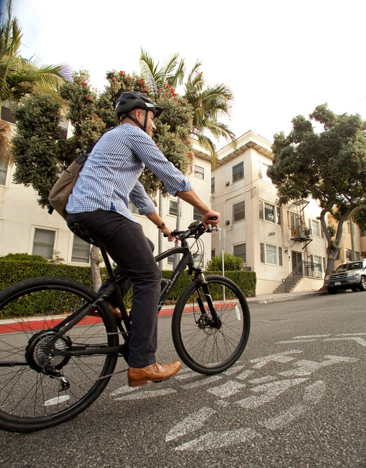 Electric Bike IZIP E3 DashBK vertical riding uphill
